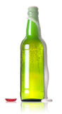 frasco verde da cerveja com uma espuma de fluxo Fotos de Stock