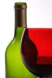 Frasco verde, vidro de vinho vermelho Fotos de Stock