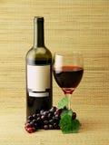 Frasco, vidro & uvas de vinho imagem de stock