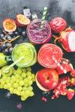 Frasco Violet Fruits verde vermelha do batido três dos sucos fotografia de stock