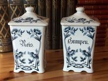 Frascos azuis e brancos velhos do armazenamento da cerâmica imagens de stock
