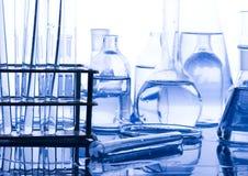 Frascos azules de la química imagenes de archivo