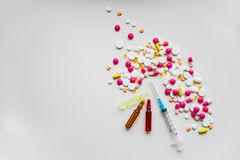 Frascos coloridos médicos para la jeringuilla de la inyección y el corazón rojo en un fondo blanco Corazón sano lifestyle Copie e foto de archivo libre de regalías