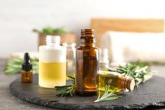 Frascos com petróleos essenciais Imagens de Stock
