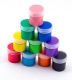 Frascos com pintura colorida em um fundo branco Fotos de Stock