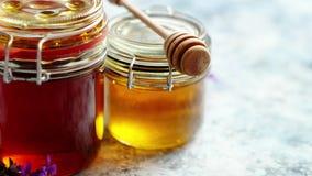 Frascos com tipos diferentes do mel orgânico fresco filme
