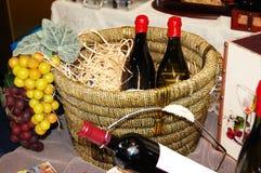 Frascos com vinho em uma cesta Imagens de Stock Royalty Free