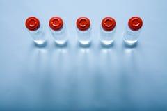 Frascos con el líquido para la medicina o la ciencia Foto de archivo libre de regalías