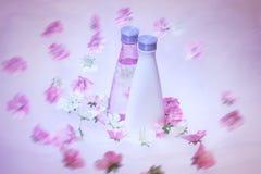Frascos cosméticos com flores Fotos de Stock