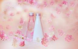 Frascos cosméticos com flores Imagens de Stock Royalty Free