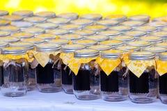 Frascos da bebida do casamento com amarelo Imagem de Stock Royalty Free