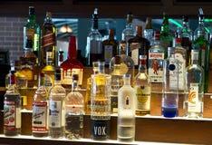 Frascos das bebidas, licor, álcool em uma barra, taberna Fotos de Stock