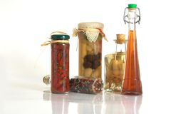 Frascos das especiarias e o alho e a cebola Fotografia de Stock