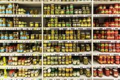 Frascos das salmouras no suporte do supermercado Imagem de Stock