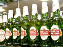 Frascos de cerveja de Stella Artois na barra Foto de Stock Royalty Free