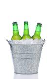 Frascos de cerveja verdes em uma cubeta do gelo Fotografia de Stock