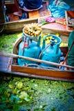 Frascos de gás em um bote no mercado de flutuação Imagens de Stock Royalty Free