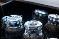 Frascos de pedreiro velhos em um escaninho Imagem de Stock