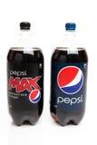 Frascos de Pepsi e de dieta Pepsi máxima fotografia de stock royalty free