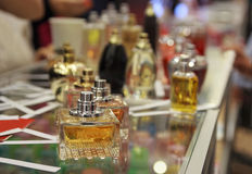 Frascos de perfume en el contador fotografía de archivo