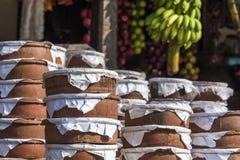 Frascos de produto de cerâmica do iogurte no mercado de Sri Lanka Fotos de Stock Royalty Free