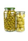 Frascos de vidro com azeitonas verdes pitted e gigantes Fotografia de Stock Royalty Free