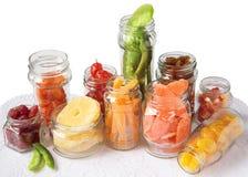 Frascos de vidro com fruta cristalizada imagens de stock