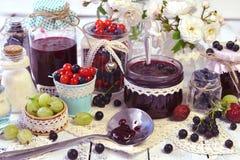 Frascos de vidro da colher e do vintage com doce, baga fresca na tabela Foto de Stock Royalty Free