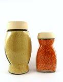 Frascos de vidro de lentilhas vermelhas e de côdea de pão ralado Fotos de Stock Royalty Free