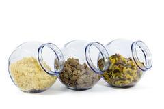Frascos de vidro enchidos com as várias formas do macarrão no fundo branco Fotos de Stock Royalty Free