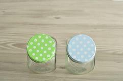 Frascos de vidro vazios com tampas do às bolinhas Foto de Stock Royalty Free