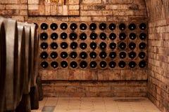 Frascos de vinho na adega Imagem de Stock