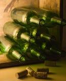 Frascos de vinho na caixa de madeira Fotografia de Stock Royalty Free