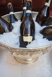 Frascos de vinho na cubeta de gelo fria foto de stock royalty free