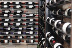 Frascos de vinho na prateleira Imagens de Stock Royalty Free