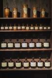 Frascos del vidrio del estante del estante del taller de la química de la alquimia del vintage imágenes de archivo libres de regalías