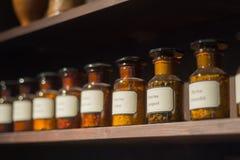 Frascos del vidrio del estante del estante del taller de la química de la alquimia del vintage imagen de archivo