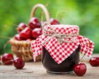 Frascos do doce e da cesta com cereja Foto de Stock