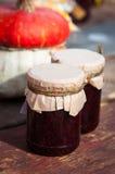Frascos do doce em uma placa de madeira fotografia de stock royalty free