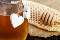 Frascos do favo de mel da abelha do mel e do pólen da abelha na tabela de madeira com favo de mel da cera Imagem de Stock