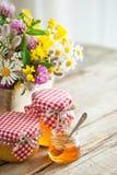 Frascos do grupo do mel e das ervas curas na tabela Imagens de Stock Royalty Free