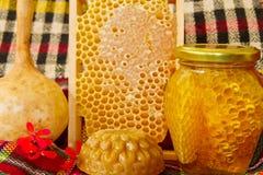 Frascos do mel, do favo de mel e dos produtos Fotos de Stock