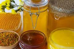 Frascos do mel Favo de mel, pólen e flores Foto de Stock Royalty Free