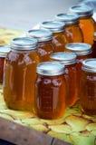 Frascos do mel feito local Fotografia de Stock Royalty Free