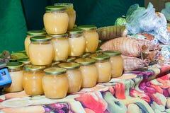 Frascos do mel no contador Fotos de Stock Royalty Free
