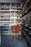 Frascos do vinho em prateleiras em uma loja de vinho Fotos de Stock