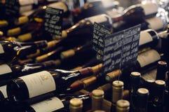 Frascos do vinho em uma loja de vinho Fotos de Stock
