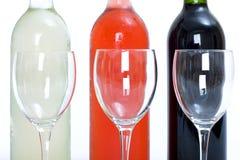 Frascos do vinho vermelho, branco e cor-de-rosa com vidros Fotografia de Stock Royalty Free
