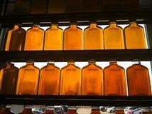 Frascos do xarope de bordo na barraca do açúcar Imagens de Stock