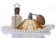 Frascos e pérolas de perfume do vintage, isolados no wh Fotografia de Stock